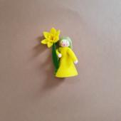 vilten poppetje narcis  met bloempjes in de hand