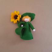 vilten poppetje zonnebloem met bloempje in de hand