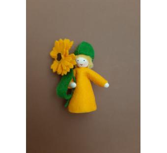 vilten poppetje calendula met bloempjes in de hand