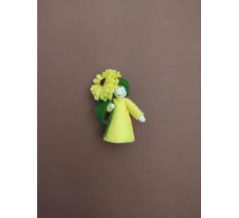 vilten poppetje gele calendula met bloempjes in de hand